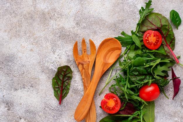 Il fondo dell'alimento verde con le foglie dell'insalata si mescola