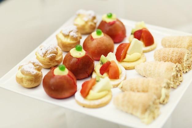 Il forno saporito con le bacche e la frutta è servito sulla zolla bianca