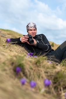 Il fotografo fotografa i fiori del croco