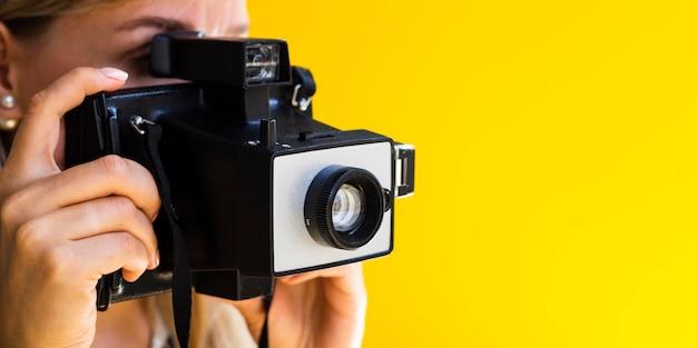 Il fotografo lavora attivamente con copia-spazio