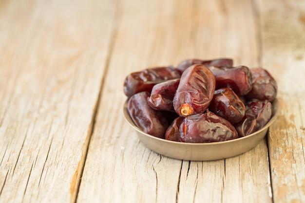 Il frutto della palma da datteri è cibo per il ramadan o il medjool. frutti deliziosi di datteri secchi con gusto dolce e ricchi di fibre.