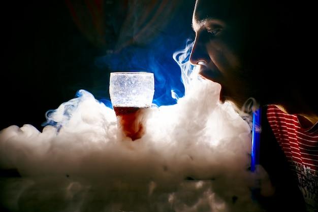 Il fumo dal narghilè, oggetti nel fumo