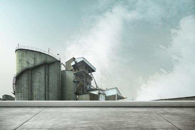 Il fumo delle fabbriche industriali causa inquinamento nell'aria