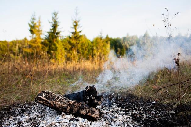 Il fuoco dell'angolo alto estingue e fuma