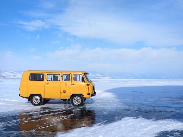 Il furgone locale porta il turista per vedere il lago baikal congelato nell'isola di olkhon, siberia, russia.