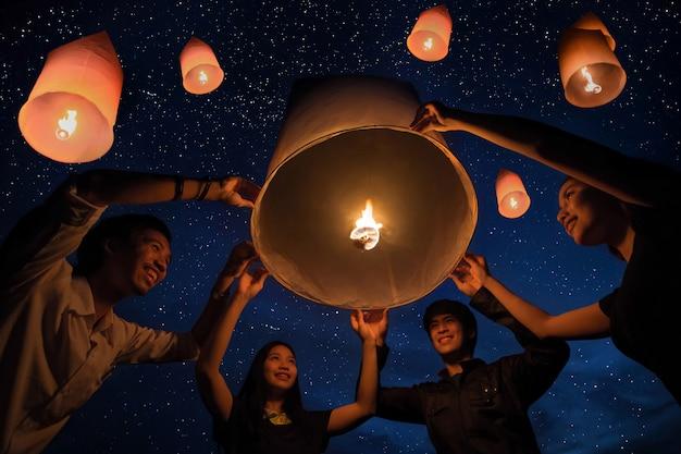 Il galleggiamento della tailandia illumina il cielo con le stelle