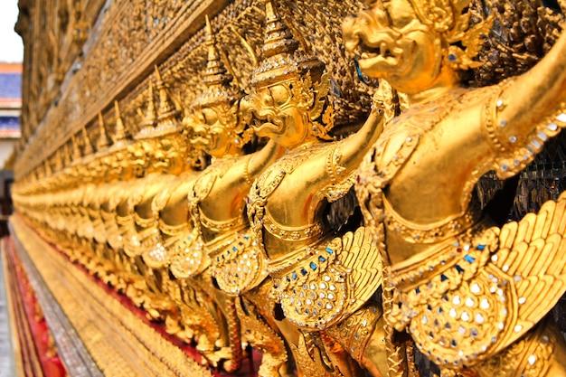 Il garuda al tempio emerald buddha a bangkok, thailandia.
