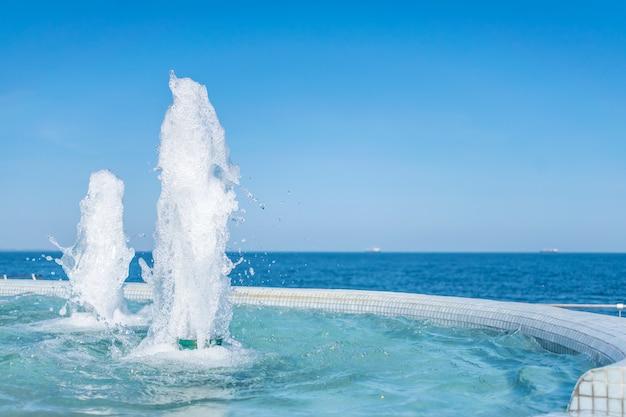 Il getto d'acqua della fontana. spruzzi e schiuma di acqua