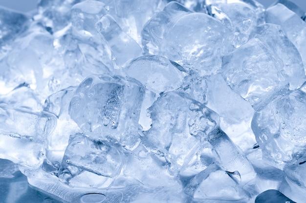 Il ghiaccio si scioglie sullo sfondo