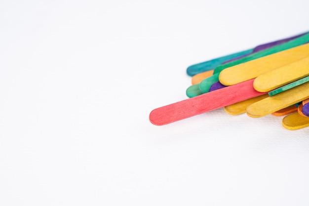 Il ghiacciolo rosso si distingue dal gruppo di bastoncini di legno artigianali colorati