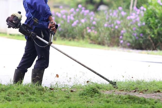 Il giardiniere sta tagliando l'erba
