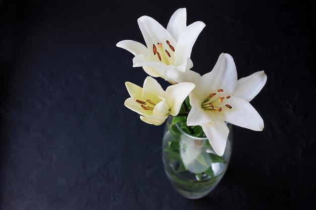 Il giglio bianco fiorisce il mazzo su fondo nero.