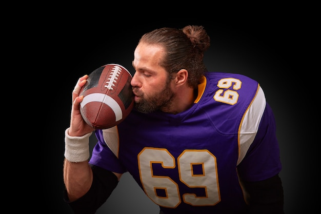Il giocatore di football americano bacia la palla
