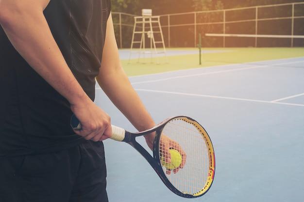 Il giocatore di tennis è in servizio durante una partita