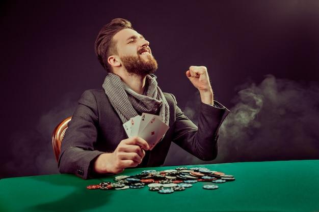 Il giocatore pocker con le carte vince il gioco