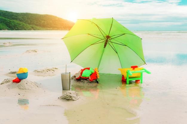 Il giocattolo sulla spiaggia e sul mare di vacanza si rilassa il colore d'annata dell'estate