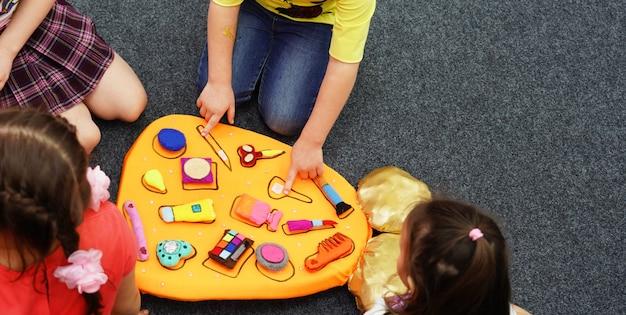 Il gioco di comando per le forme di ricerca dei bambini corrisponde agli strumenti del profilo. il lavoro di squadra dei ragazzi