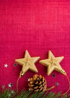Il giorno di natale rosso sull'immagine di sfondo e le stelle d'oro sullo sfondo hanno spazi per il testo per il nuovo anno o il buon natale.