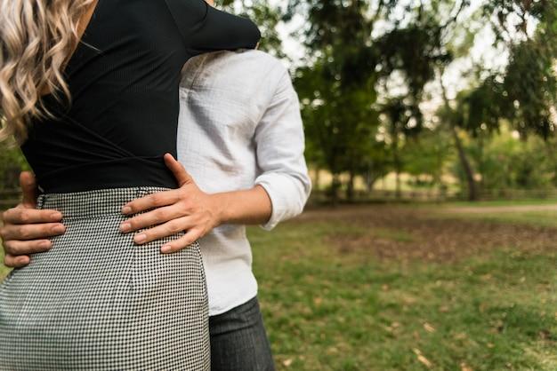 Il giovane abbraccia il suo partner innamorato mentre pensa al suo futuro.