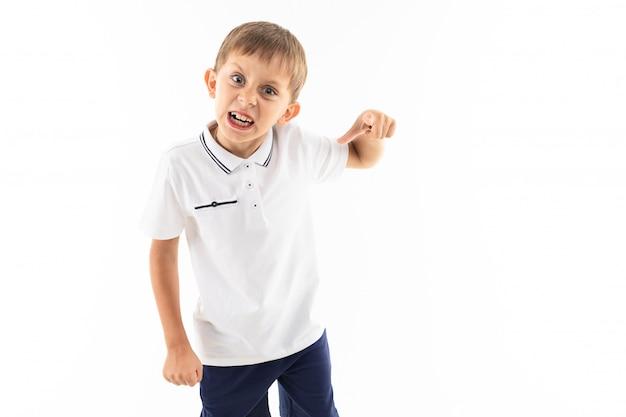 Il giovane adolescente caucasico grida su bianco