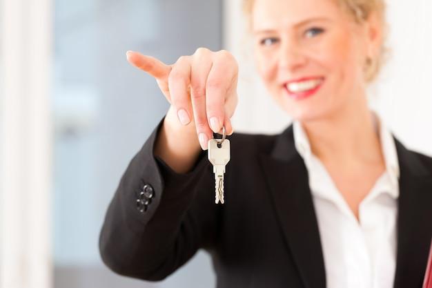 Il giovane agente immobiliare è con le chiavi in un appartamento