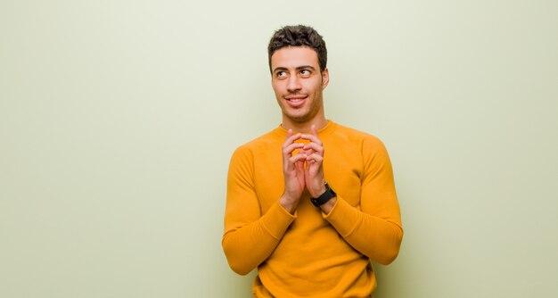 Il giovane arabo si sente orgoglioso, malizioso e arrogante mentre trama un piano malvagio o pensa a un trucco contro il muro piatto