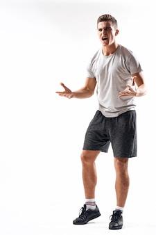 Il giovane atleta maschio va per sport, atleta muscolare gonfiato