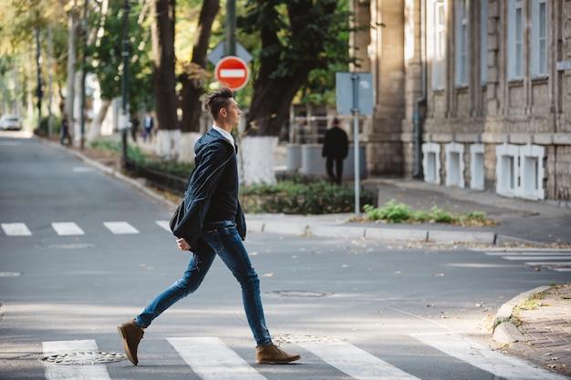 Il giovane attraversa la strada