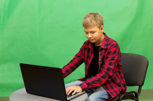 Il giovane blogger del ragazzo registra il video su un verde