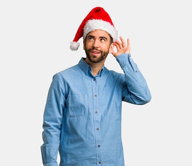 Il giovane che porta il cappello di santa prova ad ascoltare un gossip