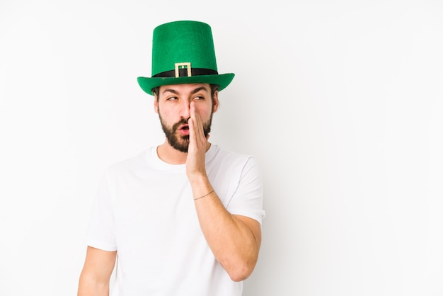 Il giovane che porta un cappello di san patrizio sta dicendo una notizia di frenata calda segreta e sta guardando da parte