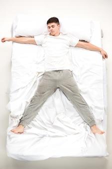 Il giovane disteso su un letto