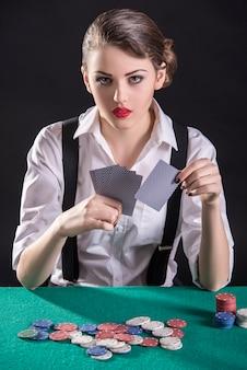 Il giovane gangster femminile gioca a poker