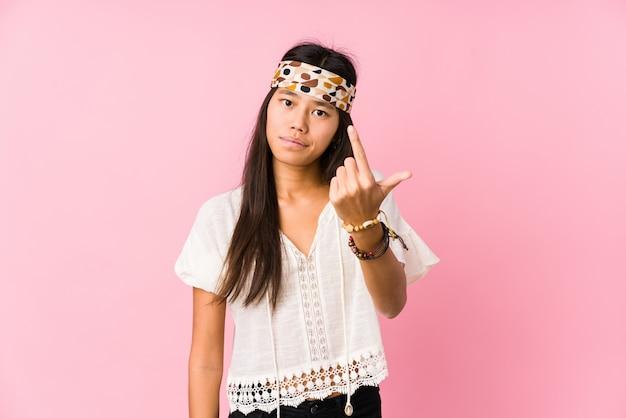 Il giovane hippy cinese ha isolato indicare con il dito contro come se l'invito si avvicini.