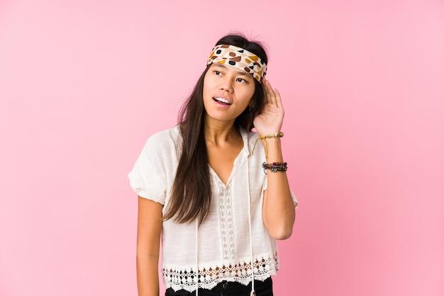 Il giovane hippy cinese ha isolato la prova di ascoltare un gossip.
