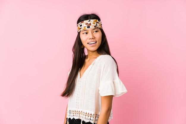 Il giovane hippy cinese sembra da parte sorridente, allegro e piacevole.