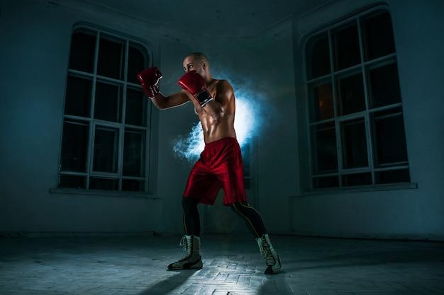 Il giovane kickboxing in fumo blu