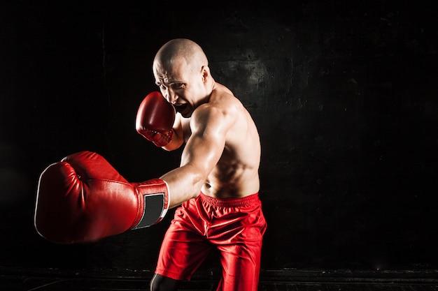 Il giovane kickboxing sul nero