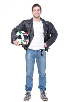 Il giovane motociclista sta tenendo un casco.