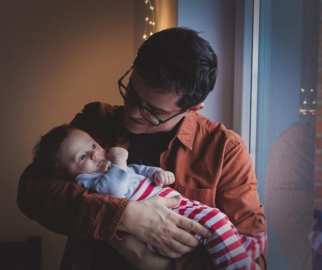 Il giovane padre gioca con il piccolo bambino