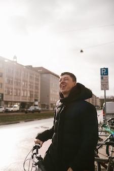 Il giovane prende la sua bici dal parcheggio