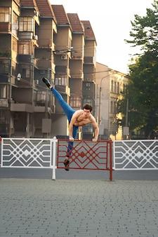 Il giovane ragazzo sta ballando per le strade della città di mattina.