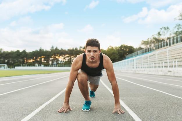 Il giovane sportivo è pronto per correre all'aperto al mattino.