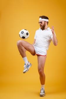 Il giovane sportivo emozionale fa gli esercizi sportivi. guardando da parte.