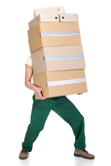 Il giovane sta tenendo le scatole di cartone