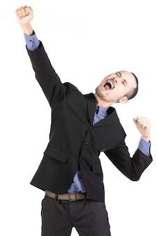Il giovane uomo barbuto felice nell'usura convenzionale che tiene le armi si è alzato ed esprimendo la positività.