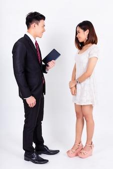 Il giovane uomo d'affari con la condizione della segretaria e discute su bianco