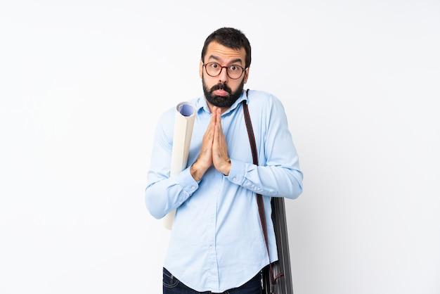 Il giovane uomo dell'architetto con la barba tiene insieme la palma. la persona chiede qualcosa