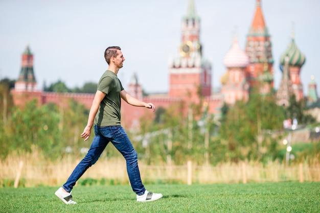 Il giovane uomo urbano felice gode della sua irruzione nella città