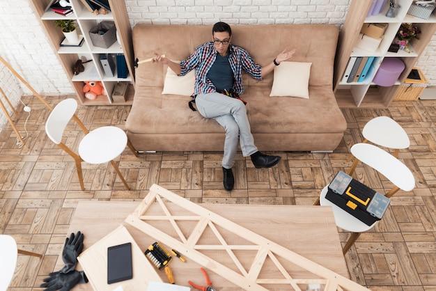 Il giovane usa strumenti per mobili